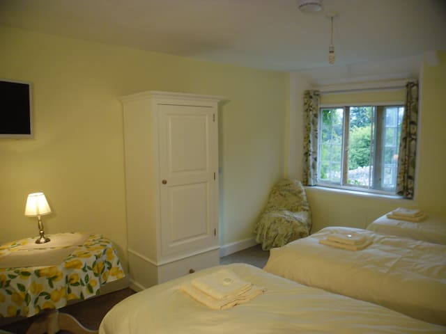fyfett Farm house up too 4 beds in Yarty bedroom - otterford - House