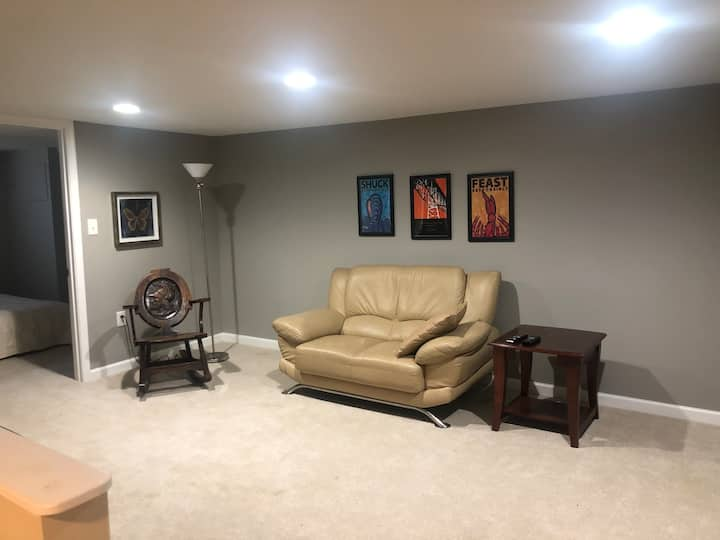 Private Room with Sitting Area Walk to Balt Metro