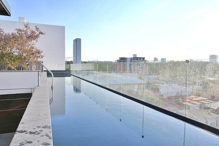 ANDARES, COLOMOS, POOL, KING BEDS, 65 TV, SPACIOUS