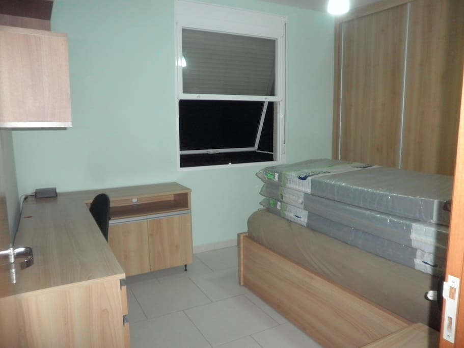 Quarto de solteiro, mais 3 colchões avulsos, amplo armário e home office