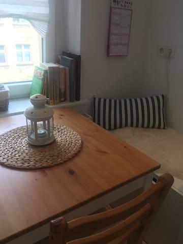 Tolles Zimmer mit Balkon in Altbauwohnung