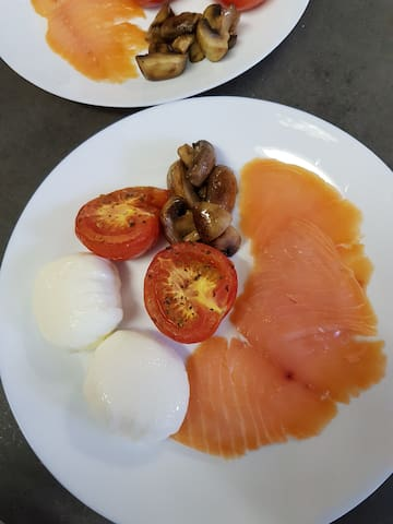 Yum, delicious smoked salmon, perfectly poached eggs and fresh vegetables