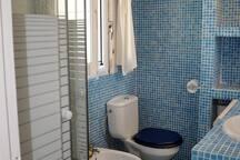 Baño del dormitorio principal de gresite como la piscina