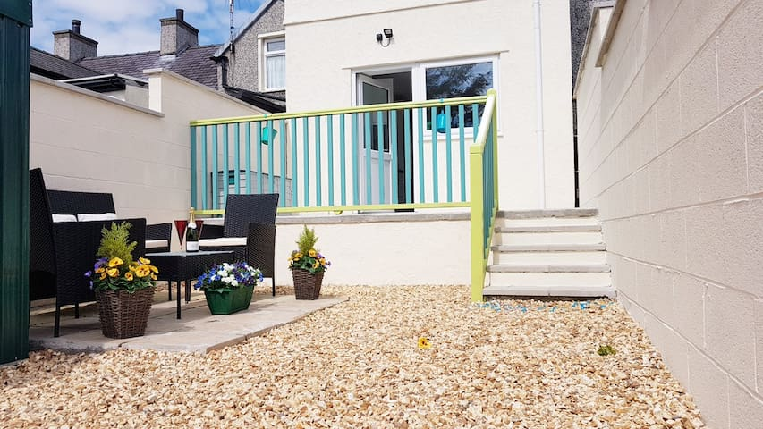CEMAES BAY - Walk to Beach, MODERN Family Home