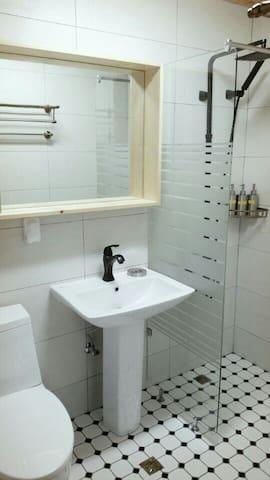깔끔하게 정리된 욕실