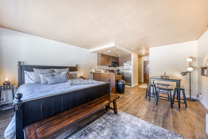 Newly remodeled family-friendly studio and near skiing!