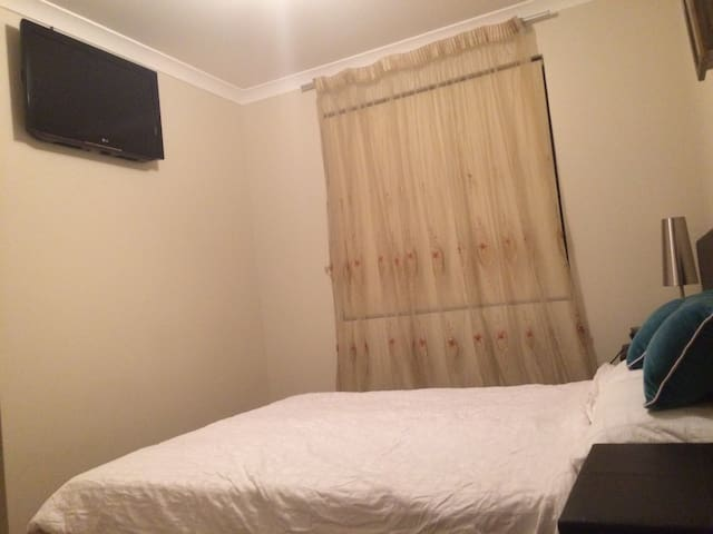 Queen bedroom in the heart of Victoria Park - East Victoria Park - Dom