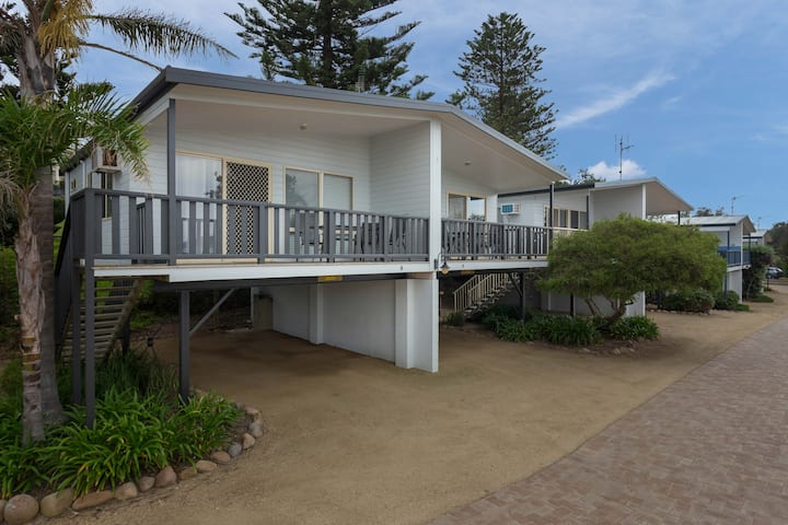 Tuross Beach Cabins - elevated beach view cabin