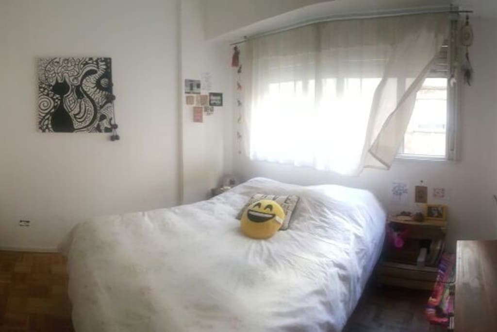 Panorámica habitación principal con cama doble.