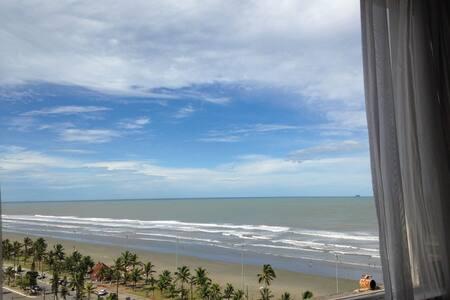 Vista cinematográfica de frente para o mar