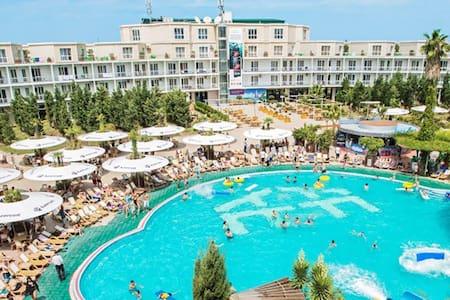 AF Hotel & Aqua Park - Novxanı - Bed & Breakfast