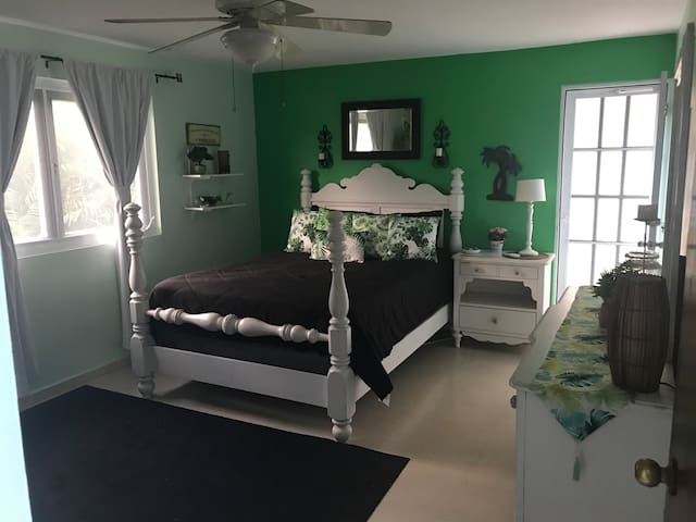 Charming,fully equipped upstairs apt with 1100sf