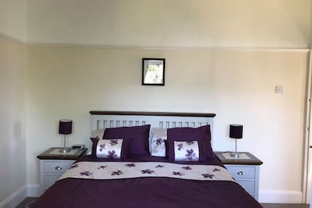Attractive large double bedroom in friendly house