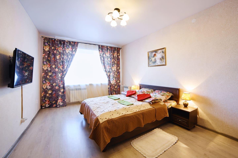Просторная комната с двуспальной кроватью