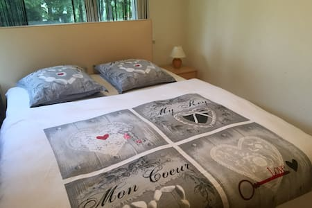 Private bedroom with large bed - Leukerbad - Appartement