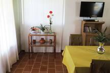 La mesa del comedor se extiende para lograr más espacio, disfruta tu comida mientras miras una película o juegas wii.