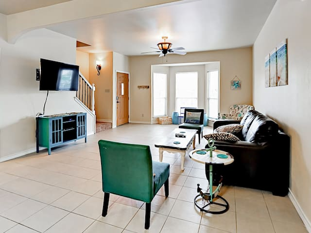 Family-Friendly Townhome w/ Pool - Close to Beach