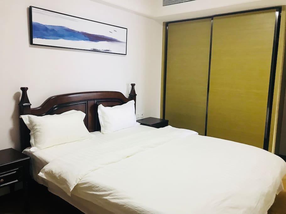 1.8的大床,房间采光通风极佳,不透光的窗帘,让您睡的香香的!