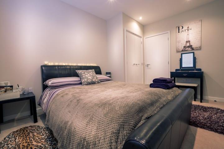 En suite double room with, wifi smart TV & parking