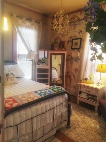 Restful 1BR+1BA in Historic Home/town