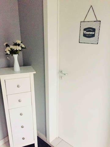 Petit hall et porte d'entrée de l'appartement.