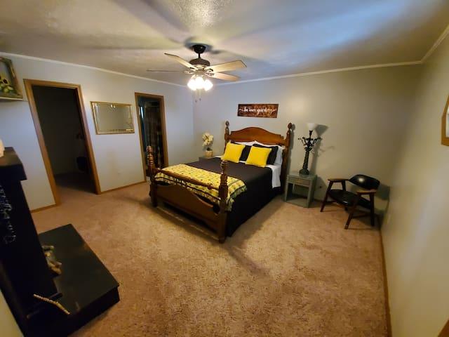 Master bedroom (queen) with en suite bathroom