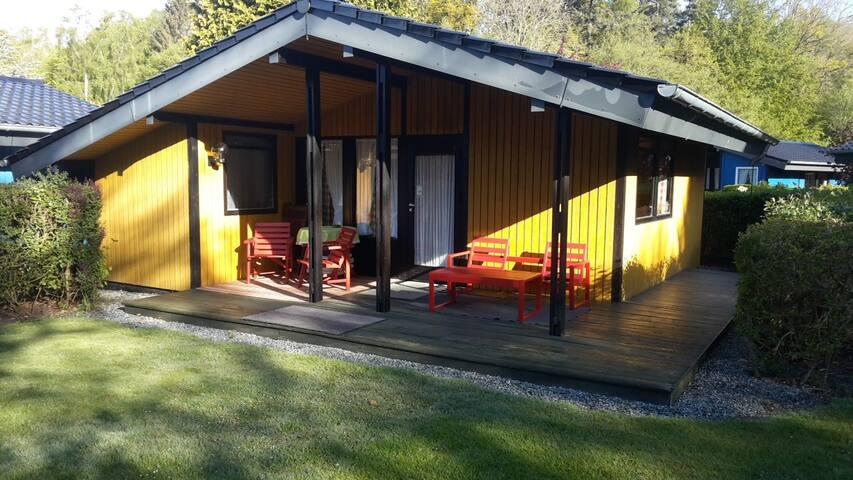 Unser Retro Haus in gelb