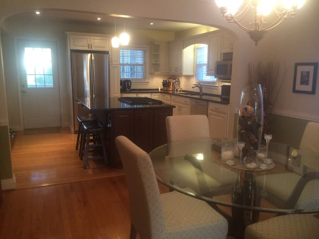 MARCH: SPECIAL RATE! Cute home, great location!