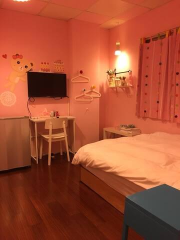 *免費停車*台中 逢甲夜市 粉紅蛋糕熊 彩繪房Taichung cozy room支付寶可