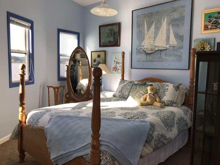 Robyn's Lakeside Gardens - Easy Breezy Room