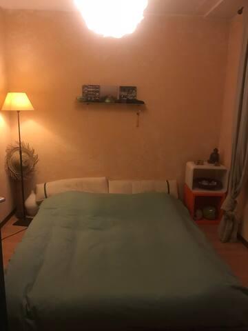 Chambre lit futon calme salle de bain privé jardin vue sur lac et montagnes !!