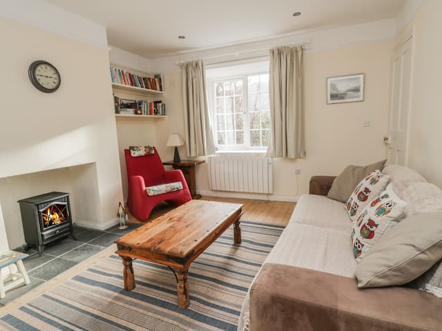 2 GOWBARROW COTTAGES, pet friendly in Watermillock, Ref 969302
