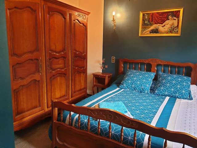 Chambre N°2 avec 1 lit 2 personnes en 140 et accès à la salle de bain.