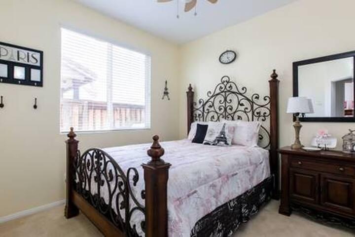 Red Oak Murrieta, Private Queen Room, Shared Bath