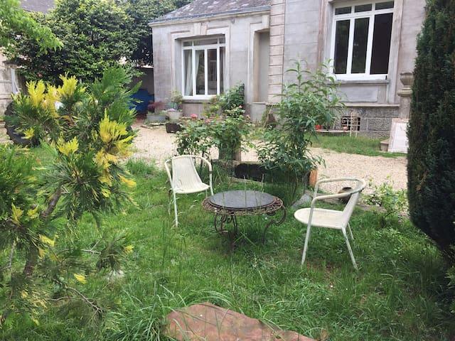 Suite completa con baño y gran jardin arborado.