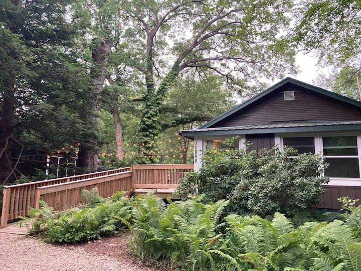Beautiful garden oasis w/screened porch & hot tub!
