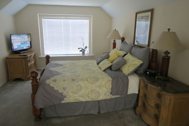 Large Priv Bdrm/Bath -Best Central Valley Location