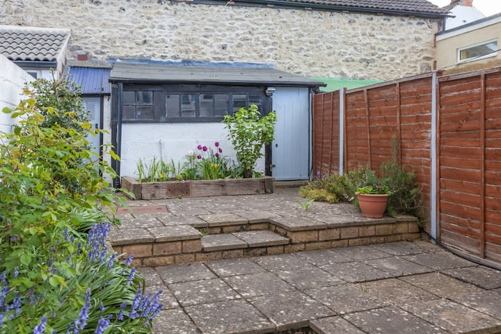 Homely terraced cottage - central Wootton Bassett