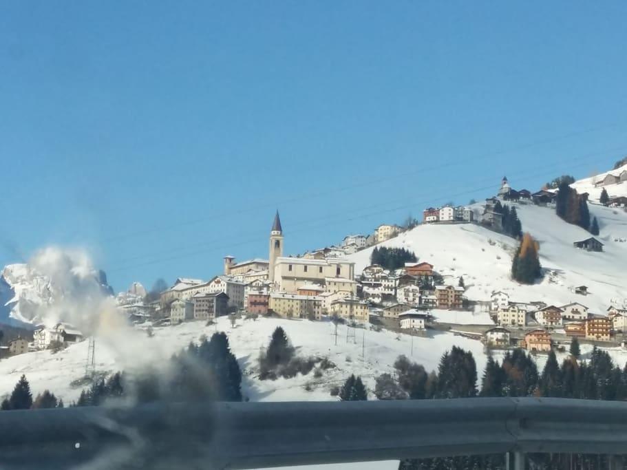 Candide in inverno, in risalto il campanile della Chiesa di Santa Maria Assunta.
