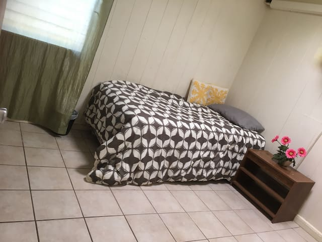 Small quiet room with parking - Aiea - Hus