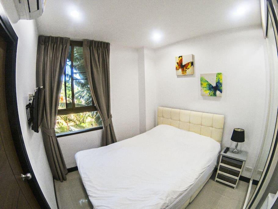 Гостевая спальня с кондиционером и телевизором