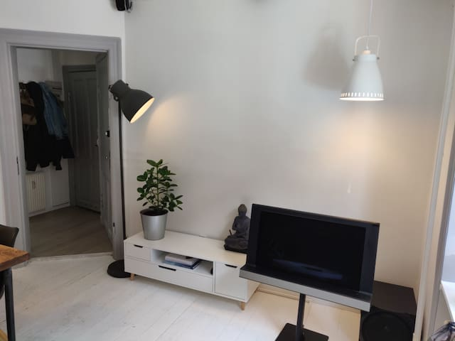Cozy flat, very close to airport-metro and city