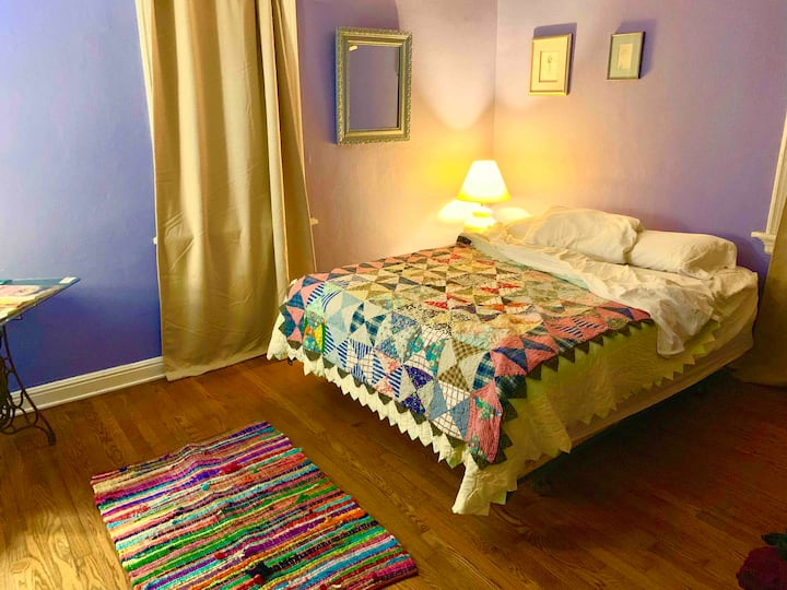 Cozy room in a cheerful home, close to airport