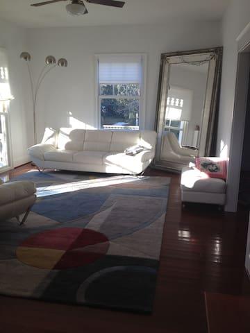 Sunny private room in Oregon Hill - Richmond - Dům
