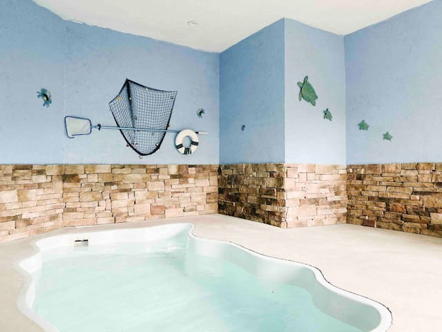 Splash of Moonshine- heated indoor pool, hot tub, arcade/game room