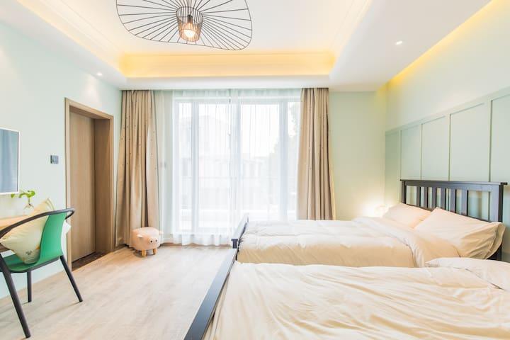 芳华双床房,中央水空调,24小时循环热水,景观大阳台