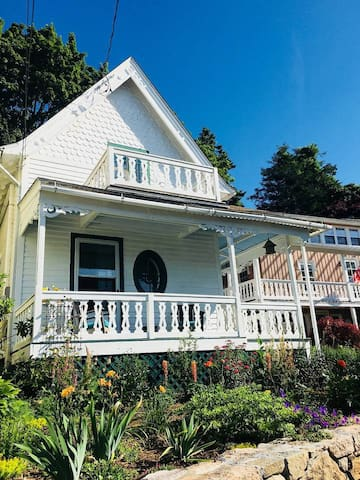 Waterfront Charmer, steps from Stony Creek village