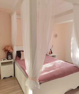Chic repainted apartment, canopy bed, free parking