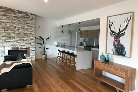 Brand new Port home in town centre with views. - Portarlington - บ้านพักตากอากาศ