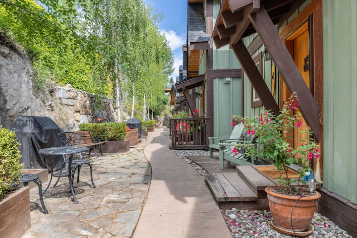 Welcome to your Lake Escape! Our front patio has seating and a bbq.